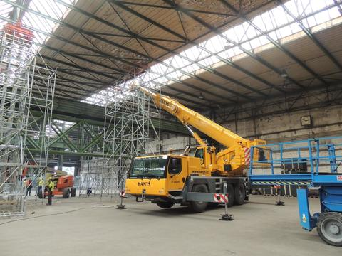 Lifting truss with crane