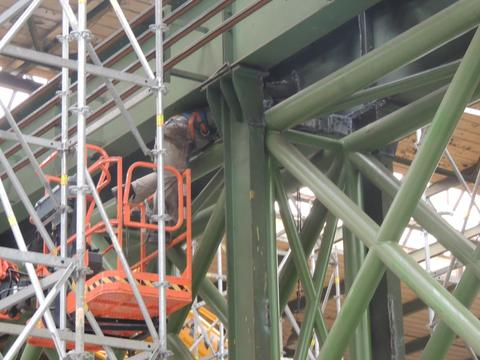 Removal of supports of original steel structure after installation of trusses
